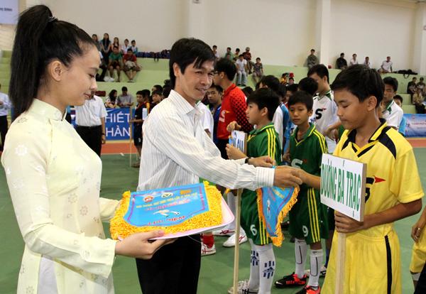 Ong-Mai-Dang-Trinh-dai-dien-nha-tai-tro-tang-co-va-dong-vien-cac-doi-2 (1)