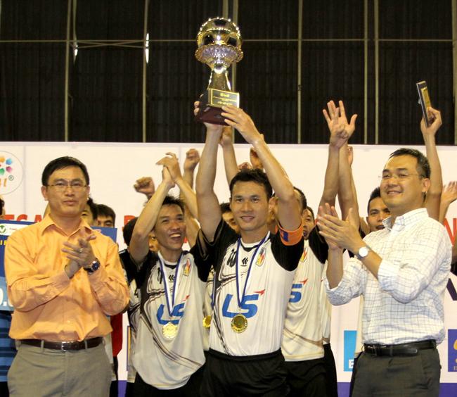 1-Trao-Cup-vo-dich-cho-doi-truong-Nguyen-Bao-Quan