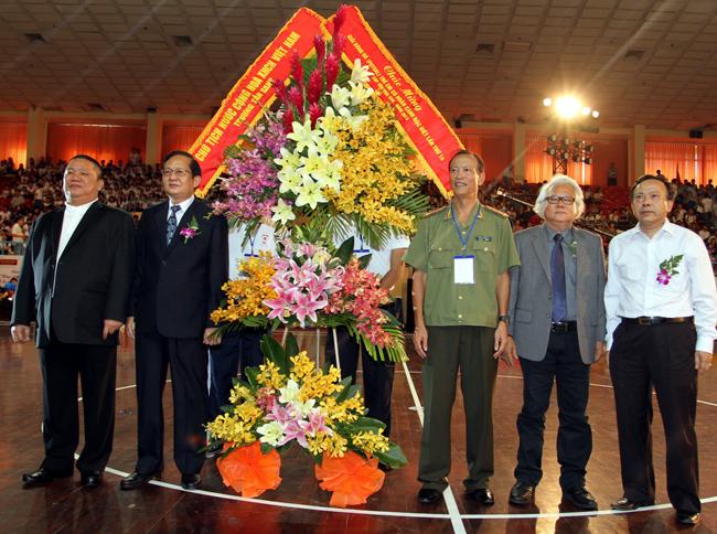 Đón nhận hoa của Chủ tịch nước Trương Tấn Sang.