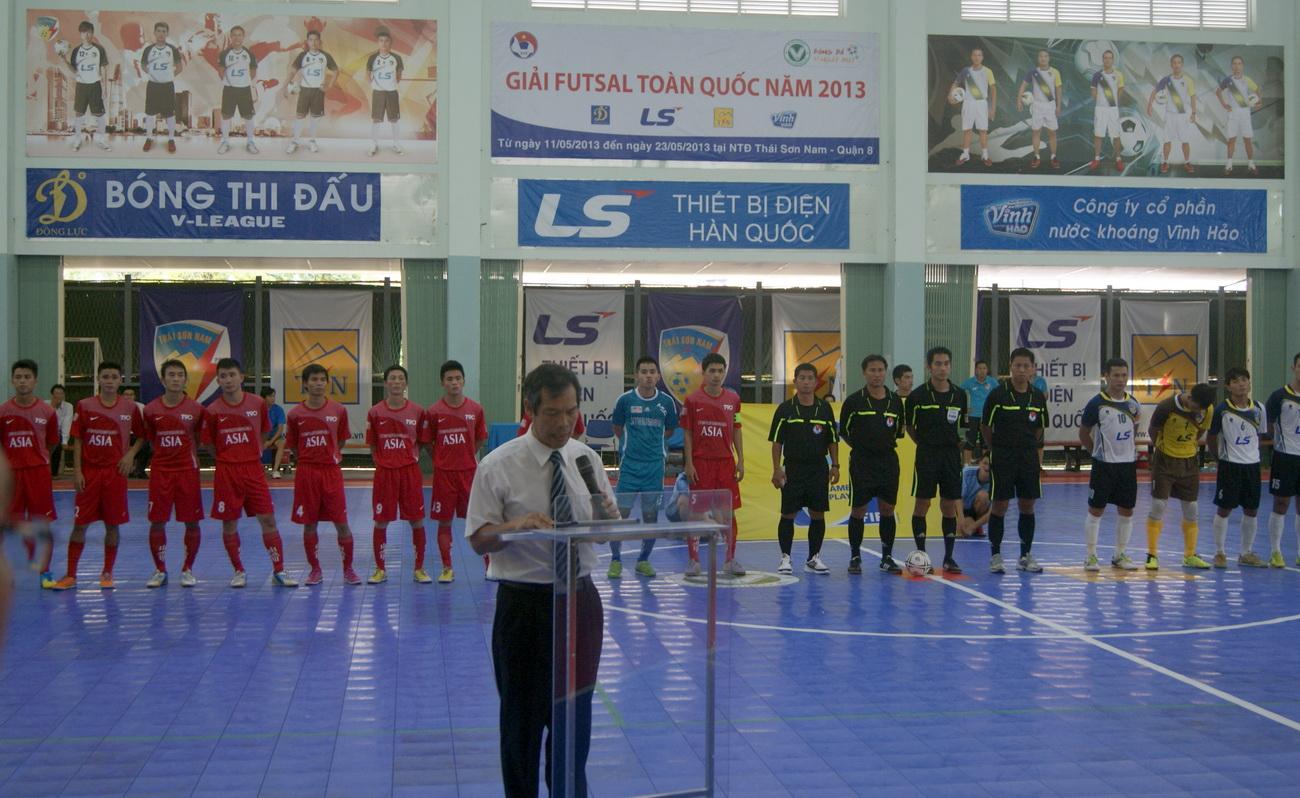 Ông Ngô Lê Bằng - Tổng thư ký Liên đoàn bóng đá Việt Nam tuyên bố khai mạc giải.