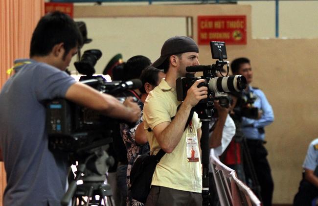 Các phóng viên nước ngoài đến đưa tin.
