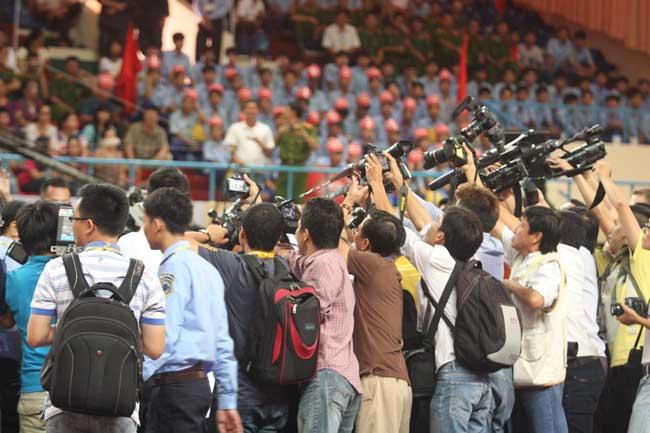 Các phóng viên đến đưa tin.