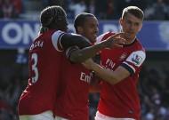 QPR 0-1 Arsenal: Pháo thổi lửa vào Chelsea