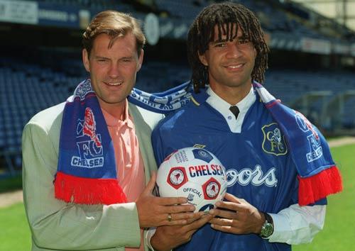 Ruud Gullit (phải) từng là cầu thủ kiêm HLV tại Chelsea