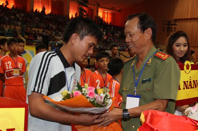 Đại Tá Đặng Xuân Dũng Trưởng BTC giải tặng hoa và động viên các đội.