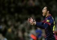 Adriano nhục nhã vì thất bại trước Bayern
