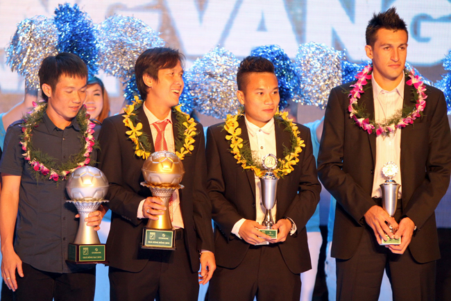 (5) QBB Le Tan Tai, QBD Nguyen Minh Phuong, Cau thu tre xuat sac Tran Phi Son va Cau thu ngoai xuat sac Gaston Melo (tu trai sang) trong dem gala