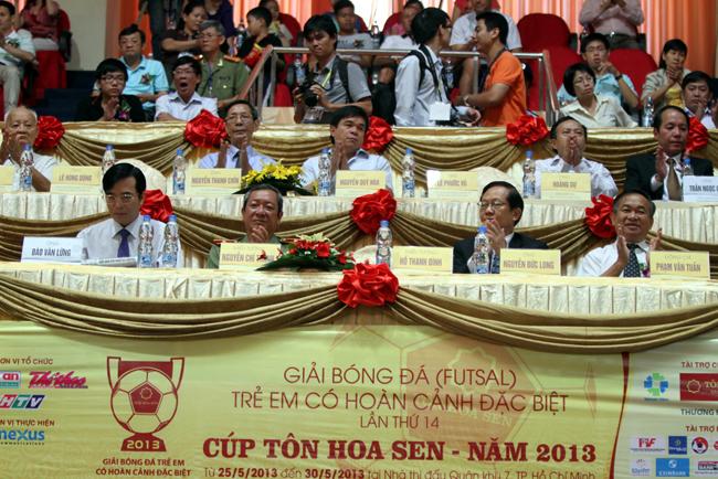 Các đại biểu đến dự lễ khai mạc.