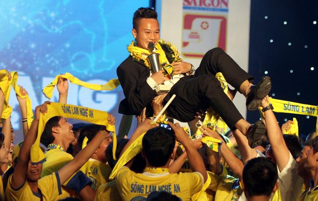 (6) Cau thu tre xuat sac Tran Phi Son cung cac fan ham mo SLNA