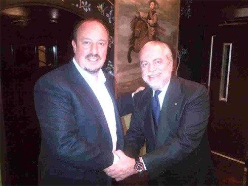 De Laurentis bắt tay với Benitez sau khi hai bên ký hợp đồng. Ảnh: Twitter.