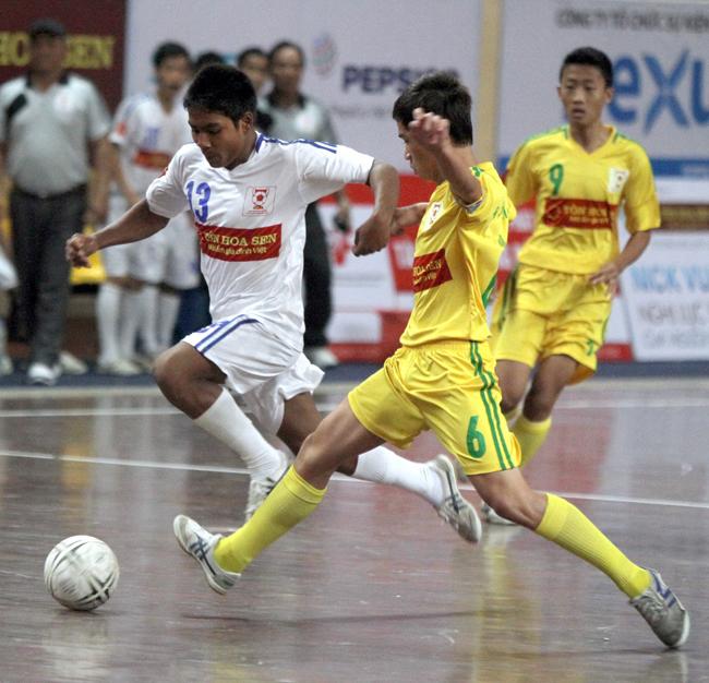 H'mu ( trái) ghi bàn thắng giúp đội nhà bảo vệ thành công chức vô địch