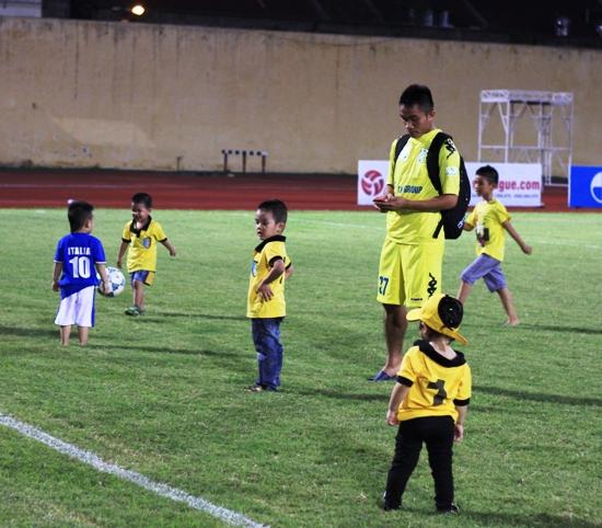 Cầu thủ Hà Nội T&T đưa con ra sân Hàng Đẫy chơi