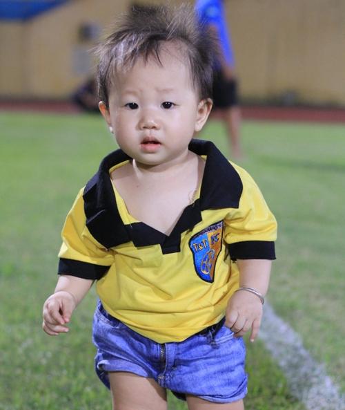 Cô con gái nhỏ của Thành Lương với trang phục áo có logo của Hà Nội T&T
