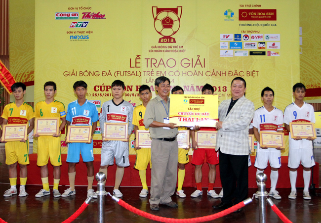 Ông Lê Phước Vũ- Chủ tịch HĐQT tập đoàn Hoa Sen trao phần thưởng một chuyến du đấu tại Thái Lan