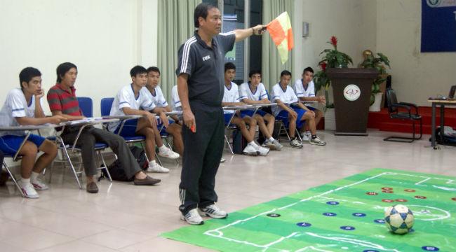 Ông Lương Thế Tài trọng tài FIFA thị phạm cho các học viên