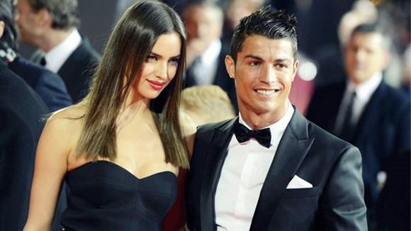 Jorge Mendes (giữa) tin PSG là điểm đến lý tưởng với Ronaldo, và khả năng Mourinho tới Chelsea là 80%