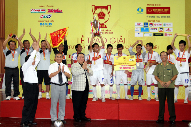 Trao cúp vô địch cho đội Gia Lai