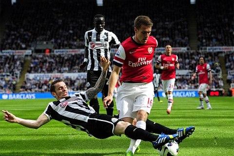 Newcastle (đen trắng) không để cho Arsenal có được một thế trận dễ dàng. Ảnh: Getty.