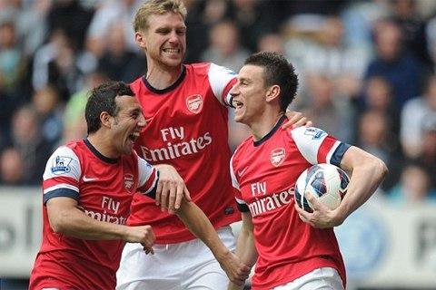 Koscelny (phải) mừng bàn thắng quan trọng cùng đồng đội. Ảnh: PA.