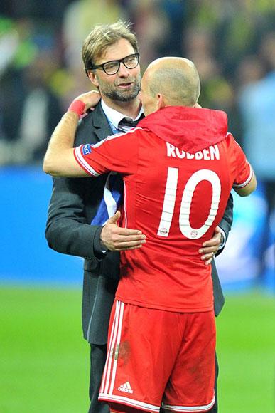 HLV Klopp chúc mừng chiến thắng của Bayern