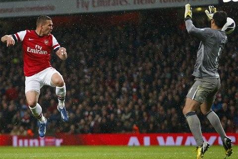 Podolski hoàn tất cú đúp bàn thắng tối qua. Ảnh: Reuters.