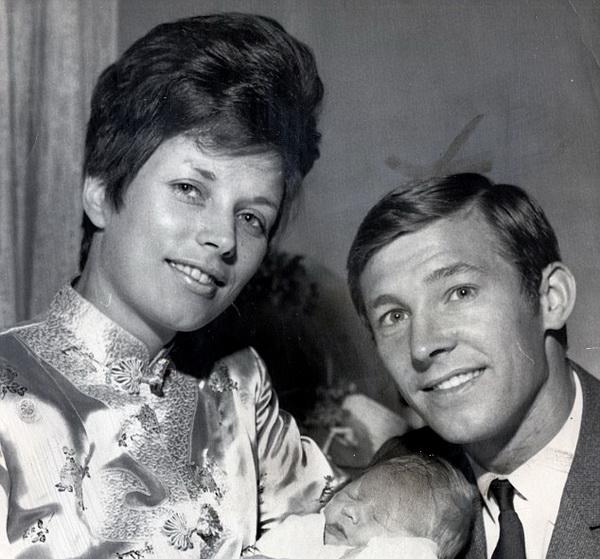 Sir Alex cùng vợ chào mừng sự ra đời của con trai cả Mark vào năm 1968