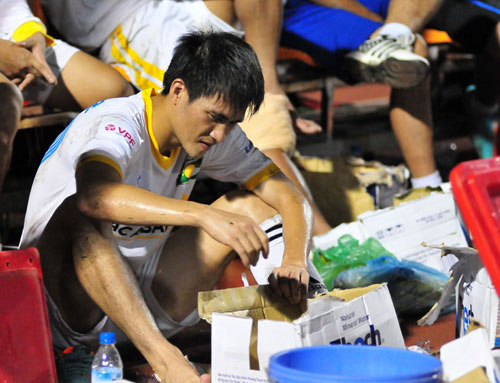 Công Vinh thất vọng sau trận đấu Thanh Hóa - SLNA ở vòng 9 V-League. Ảnh: Mai Hương.