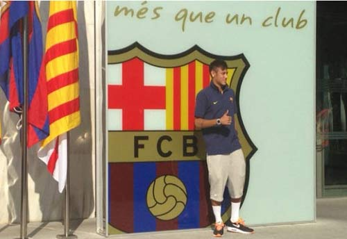Neymar đặt chân tới Barca
