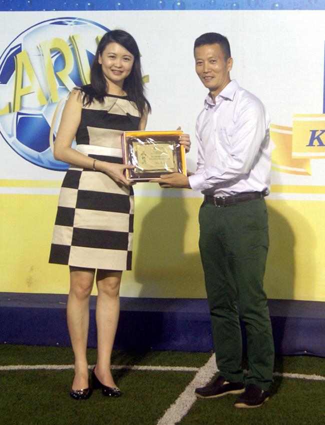 Ông Quốc Hưng P.Chủ tịch HFF tặng quà lưu niệm cho Bà Wong Mei Wai giám đốc Marketing Việt Nam