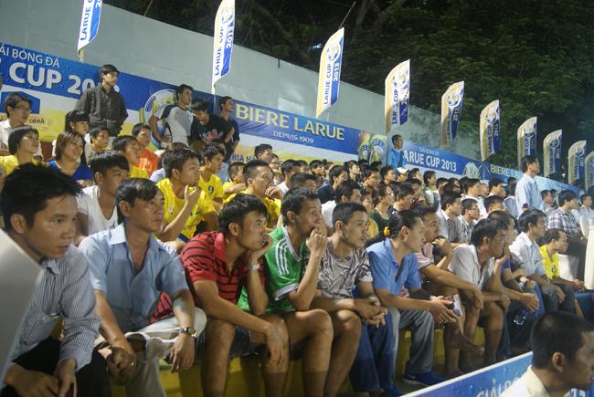 Đông đảo khán giả đến cổ vũ