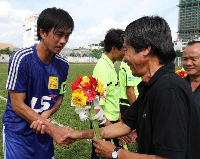 Tặng hoa cho đội bóng Thái Sơn Nam