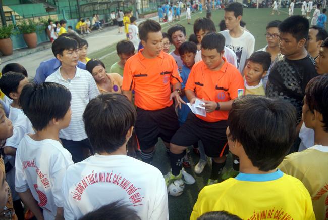 Ban tổ chức kiểm tra danh sách vận động viên thi đấu
