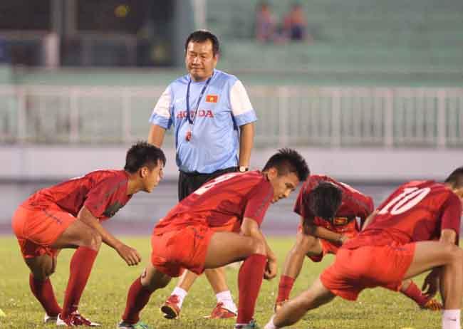HLV Hoàng Văn Phúc và các học trò cần nhiều thời gian để cải thiện lối chơi