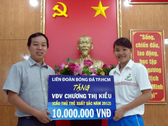 Ông Nguyễn Duy Thìn - Chánh văn phòng HFF trao thưởng cho Chương Thị Kiều