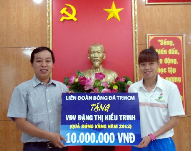 Ông Nguyễn Duy Thìn - Chánh văn phòng HFF trao thưởng cho thủ môn Đặng Thị Kiều Trinh