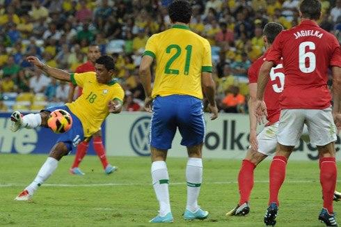 Paulinho trong tình huống ấn định kết quả hòa cho Brazil. Ảnh: AFP.