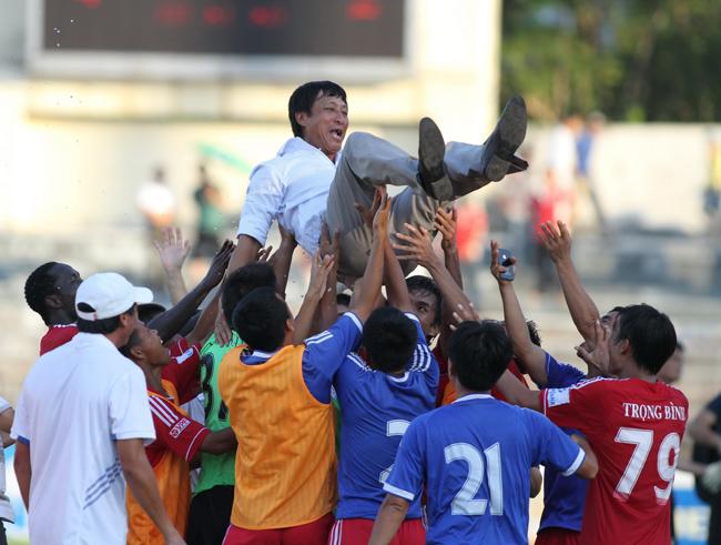 Thầy trò HLV Quang Bảo chính thức có mặt V League 2014