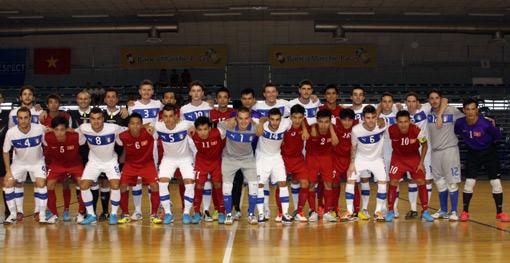 Tuyển Việt Nam và Italia chụp hình lưu niệm trước trận đấu.