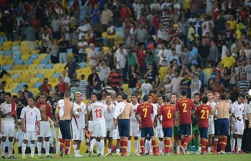 Cầu thủ Tây Ban Nha động viên các đồng nghiệp Tahiti sau trận đấu