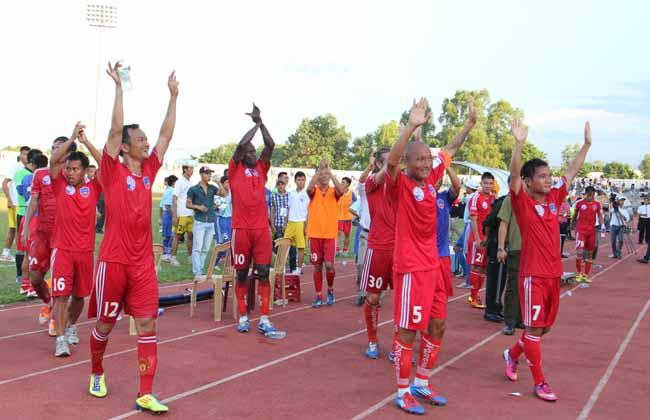 Cầu thủ QNK Quảng Nam ăn mừng khán giả