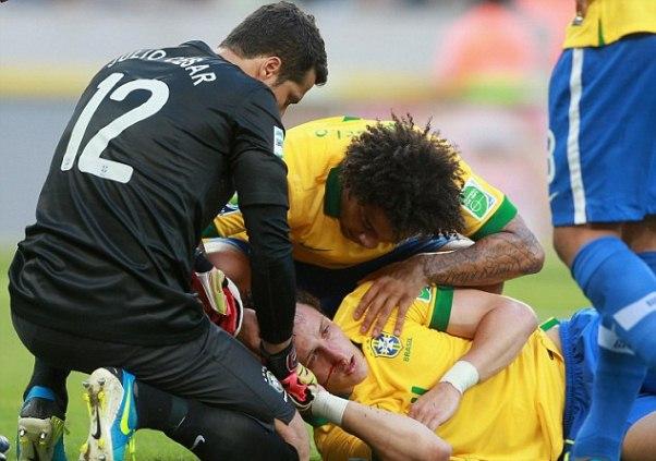 David Luiz dính chấn thương sau pha va chạm với đồng độiThiago Silva