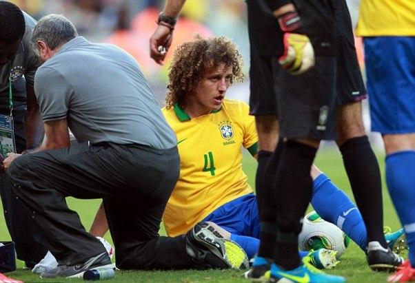 David Luiz đã bị chấn thương khi ngã xuống đất trong pha va chạm với đồng đội Thiago Silva trong vòng cấm đội nhà khi nỗ lực phá bóng.