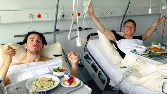 Schweinsteiger (phải) sẽ phải phẫu thuật gót chân