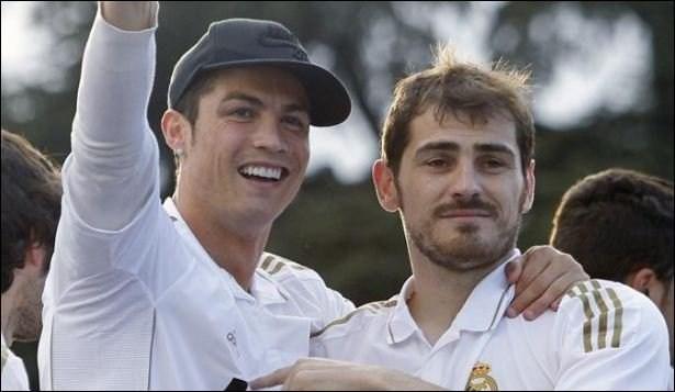 Ăn mừng với đội trưởng Casillas khi Real vô địch La Liga mùa giải 2011/12.