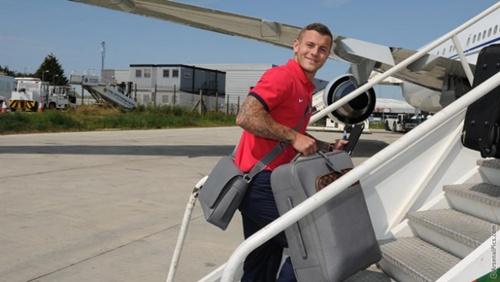 Wilshere mang hành lý lên chuyên cơ