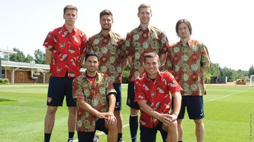 Sao Arsenal háo hức diện bộ đồ truyền thống của Indonesia trước chuyến đi