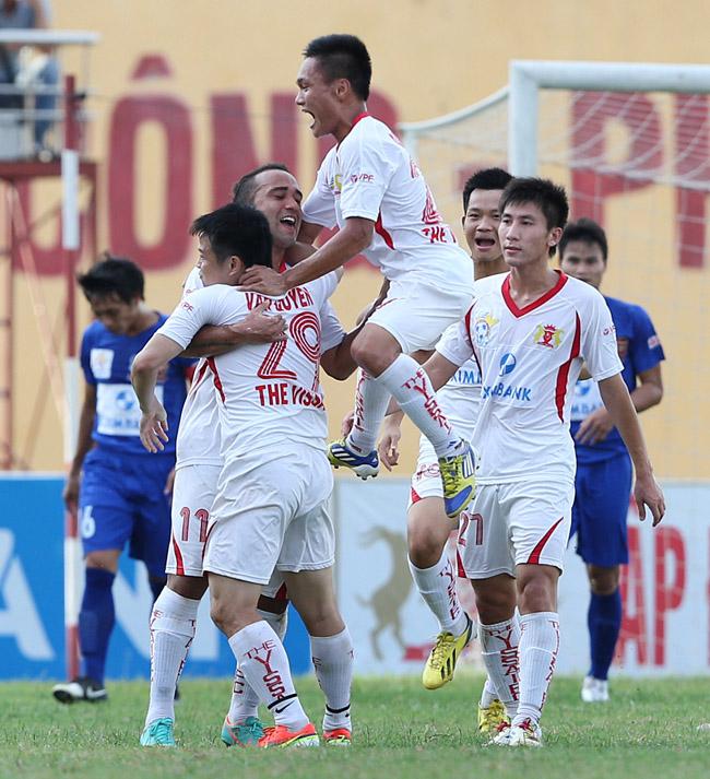 Các cầu thủ Ninh Bình ăn mừng bàn thắng mở tỉ số