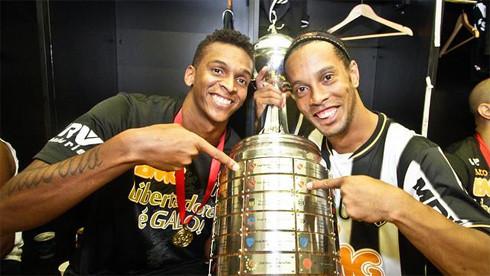 Jo (trái) được gọi lên tuyển Brazil, nhưng Ronaldinho, dù cả hai đều chơi xuất sắc giúp Mineiro vô địch Copa Libertadores.