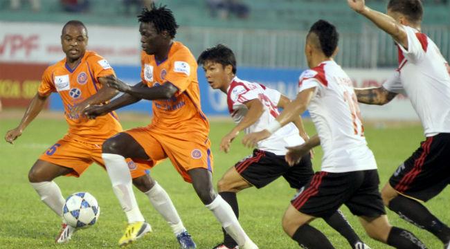 Sở hữu nhiều cầu thủ chất lượng nhưng XMXT Sài Gòn ( trái) vẫn chơi thất thường