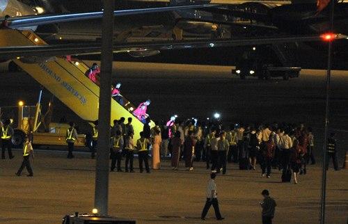 Đến Việt Nam khá sớm, toàn đội Arsenal được đón trọng thị tại sân bay.